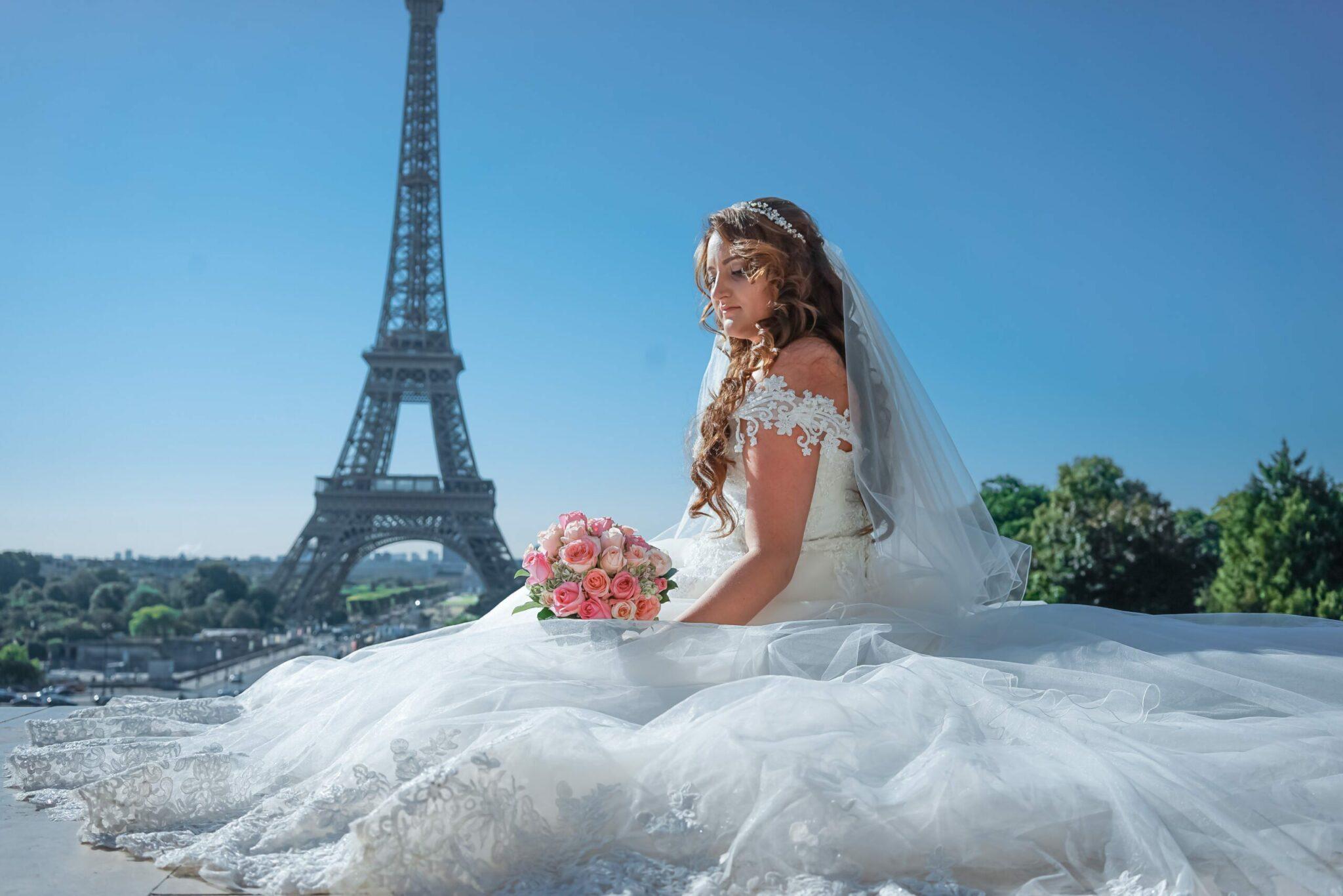 красивая невеста возле эйфелевой башни