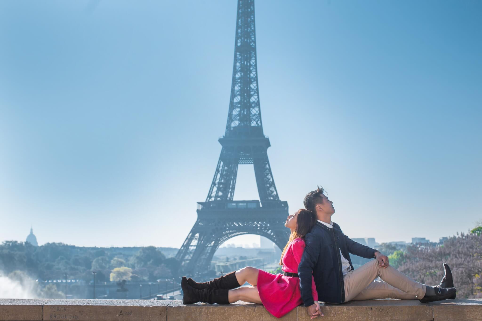 красивая пара на фоне эйфелевой башни
